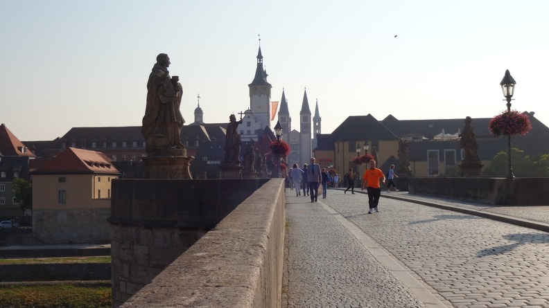 Über die alte Mainbrücke -- auf höllischem Kopfsteinpflaster